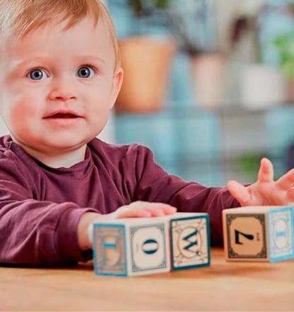 Spenderkind spielt mit Bausteinen