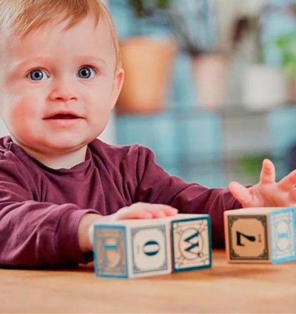 Niño concebido con la ayuda de un donante, jugando con bloques de construcción