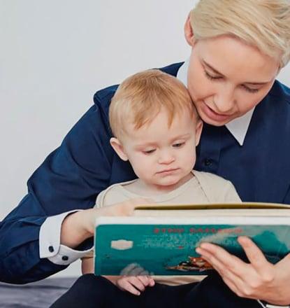 Madre feliz con niño concebido con donante tras la ayuda recibida de una clínica de fertilidad y del banco de esperma Cryos