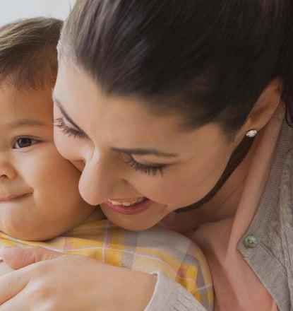 Madre feliz y su bebé nacido con gametos de donante