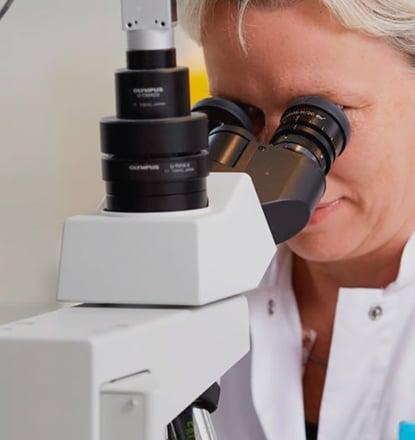 日本の提携先クリニックにて、不妊治療に使用する高品質な提供精子を確認するCryosのプロフェッショナル