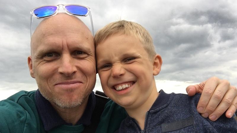 Uffe fandt som 10-årig ud af, at han var donorbarn. Her ses han med sin egen søn
