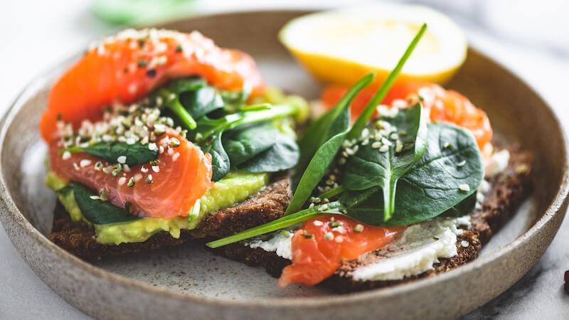 Rugbrød med avocado and laks er et sundt måltid, når du er gravid