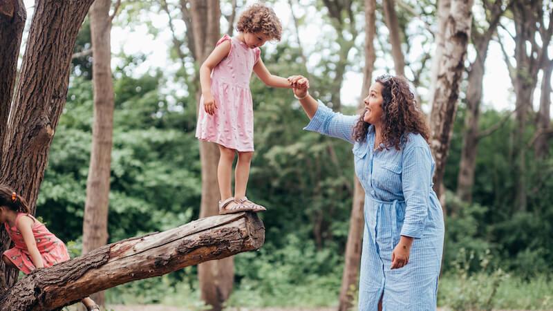 Solomor Tanja med sin datter i skoven