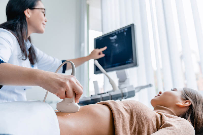 Kvinde der bliver scannet på en fertilitetsklinik efter behandling med IVF
