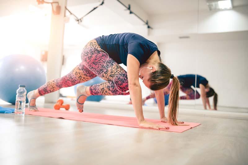 Kvinde der motionerer for at forbedre sin fertilitet