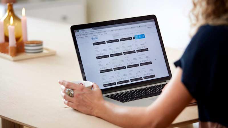 Kvinde der sidder på Cryos' hjemmeside og  overvejer valg af sæddonor til sin fertilitetsbehandling