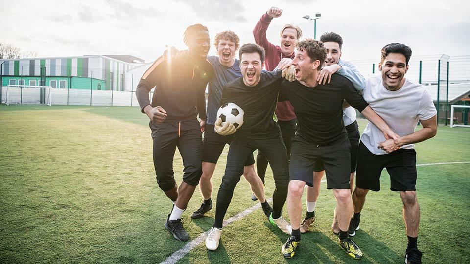 Sportshold af unge mænd - Sædbanken Cryos sponserer lokalsport
