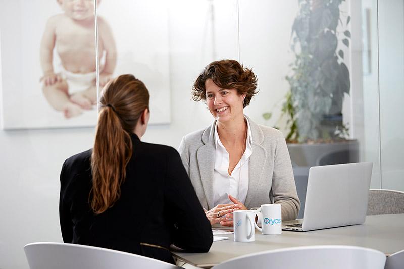 Medarbejder med pensionsrådgiver - som medarbejder hos Cryos får du pension og sundhedsforsikring
