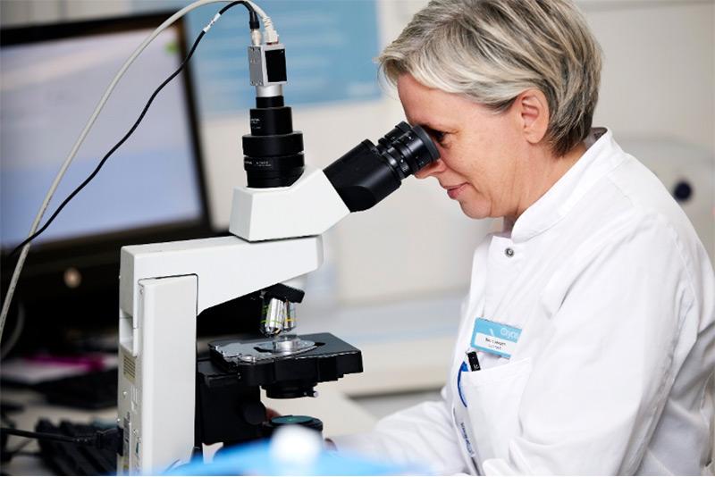 Cryos medarbejder med vigtig jobfunktion i laboratoriet