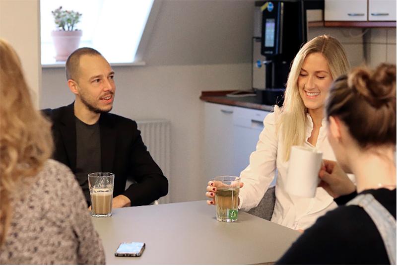 Glade medarbejdere i Cryos der drikker te og kaffe sammen