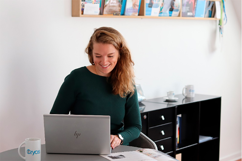 Smilende Cryos-medarbejder med meningsfuldt arbejde og sund work-life balance
