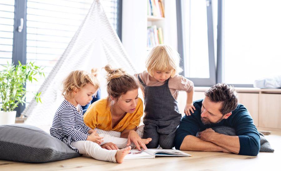 Familie der læser sammen