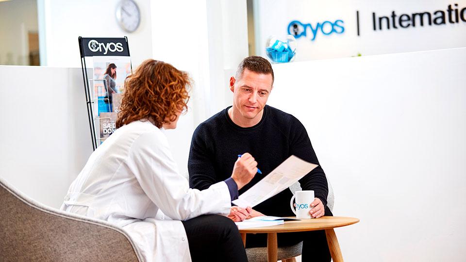 Sygeplejerske hos Cryos der taler med en sæddonor om hans valg om at få en basis eller udvidet sæddonorprofil
