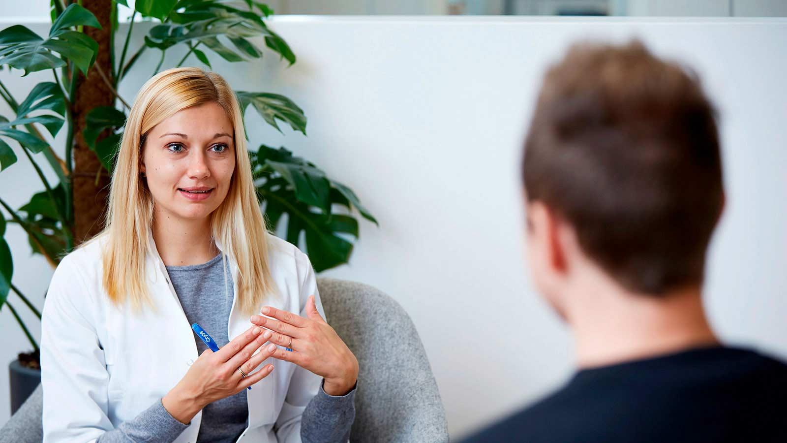 Sygeplejerske der taler med en Cryos donor om at være Non-ID Release eller ID Release donor