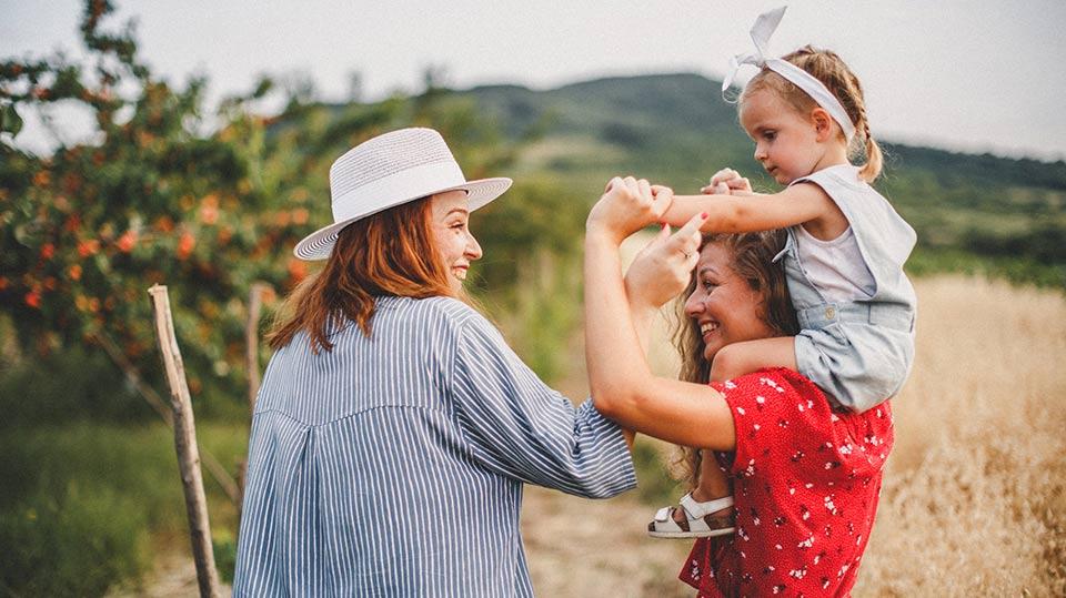 Lesbisk par med barn – begge betragtes som juridiske forældre