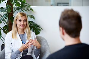 Spenderkoordinatorin von Cryos spricht mit Spender – Foto aus der Cryos-Pressemappe.