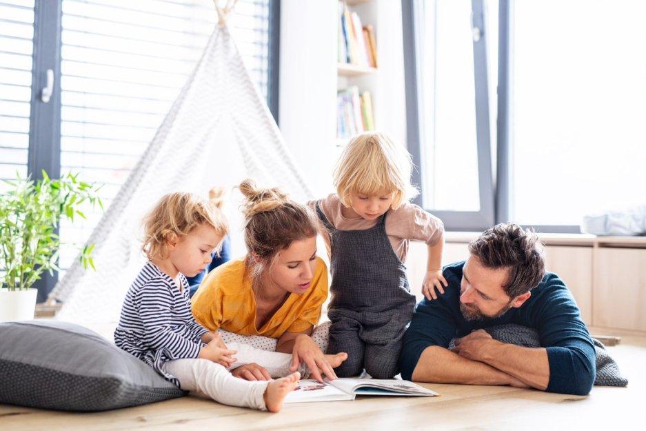 Familie liest Kinderbuch – Unfruchtbarkeit mithilfe eines Samenspenders überwinden.