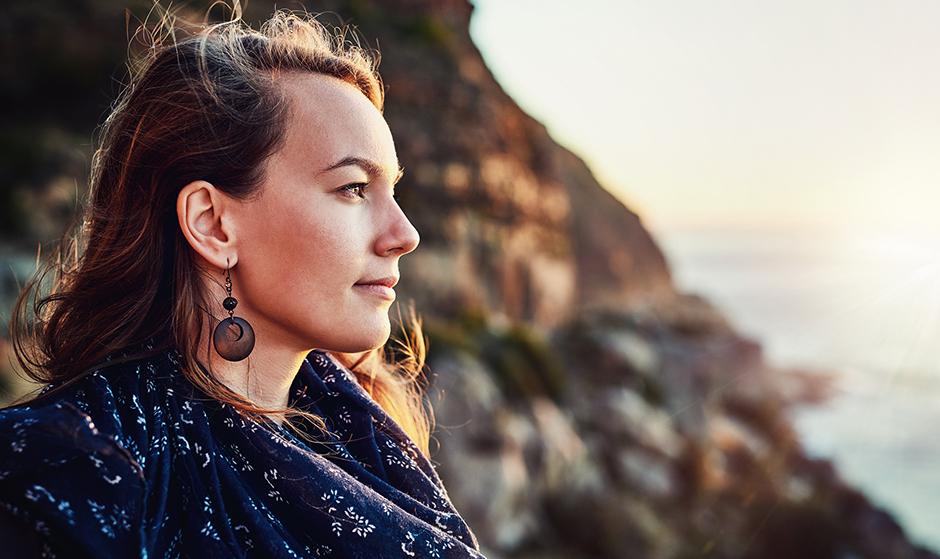 Γυναίκα σε εξωτερικό χώρο σκέφτεται τους λόγους κρυοσυντήρησης ωαρίων στην Cryos