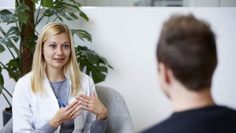 Cryos nurse talking to a donor