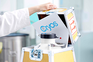 A nitrogen tank with a piece of paper with the Cryos logo inside being closed – Photo from the Cryos press kit.