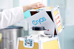 Un récipient d'azote avec un morceau de papier comportant le logo de Cryos en train d'être fermé – Photo du dossier de presse de Cryos.