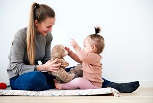 Une mère jouant avec son enfant – Photo du dossier de presse de Cryos.