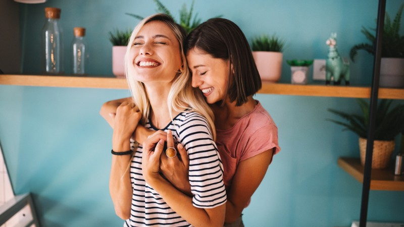 Una coppia lesbica in un momento di intimità