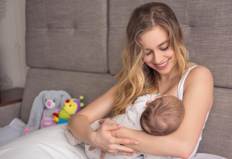 Una mamma single per scelta allatta il suo bambino
