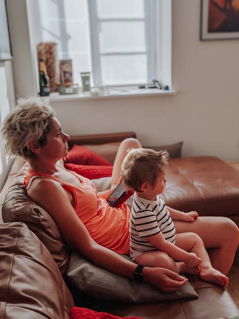 Il piccolo Teddy con una delle sue mamme