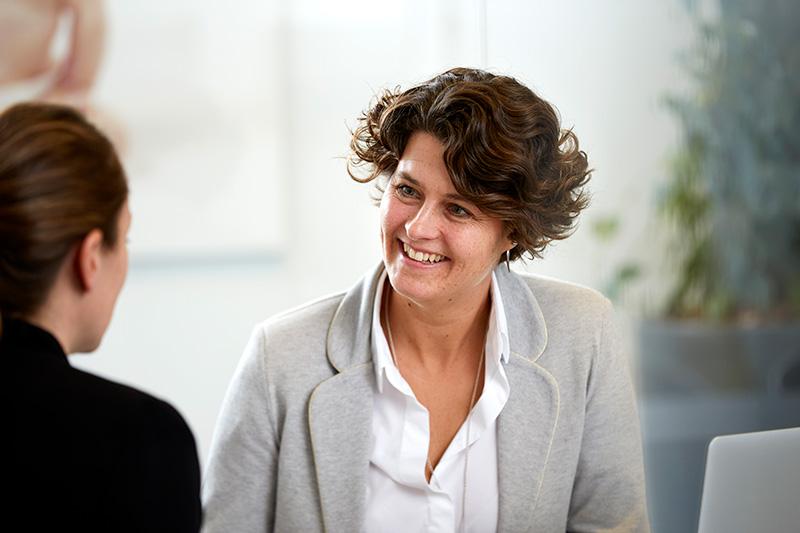 Consulente del Servizio clienti di Cryos che espone le offerte di Cryos a una clinica partner