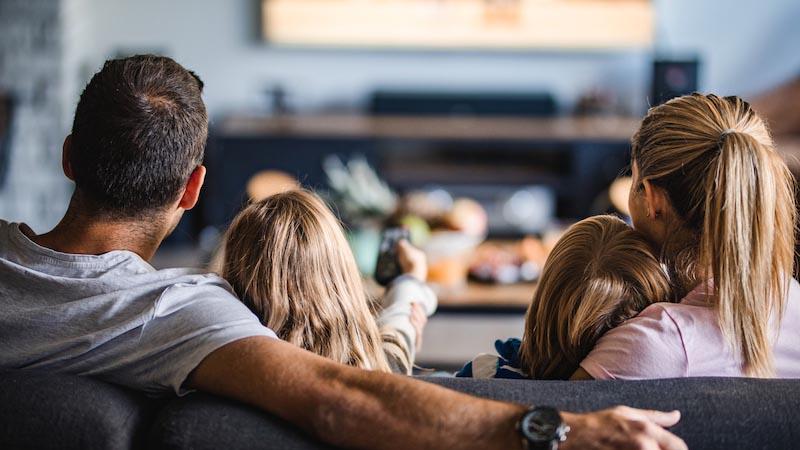 ソファに座る両親とドナーチルドレン