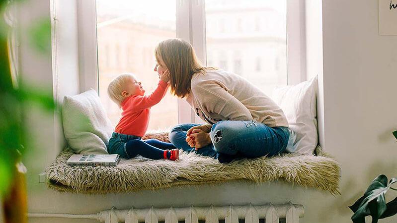 ドナーの助けにより生まれたことをお子さんに伝えるお母さん