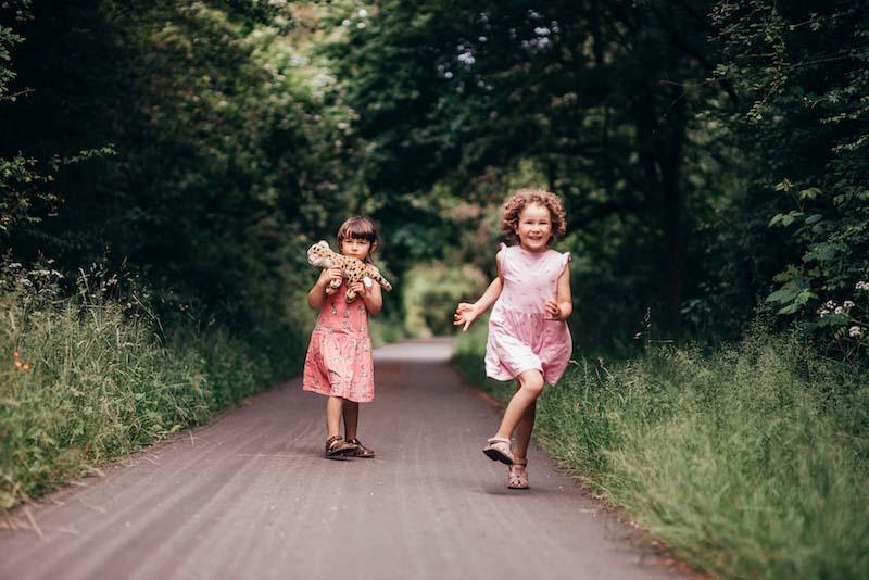 森の中で遊ぶシングルマザーのTanyaの2人の娘