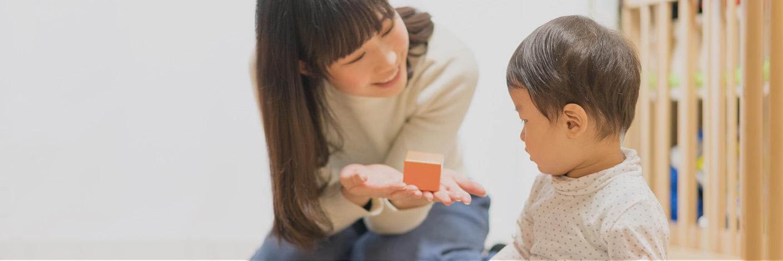 ドナーの助けにより授かった男の子と遊ぶシングルマザー