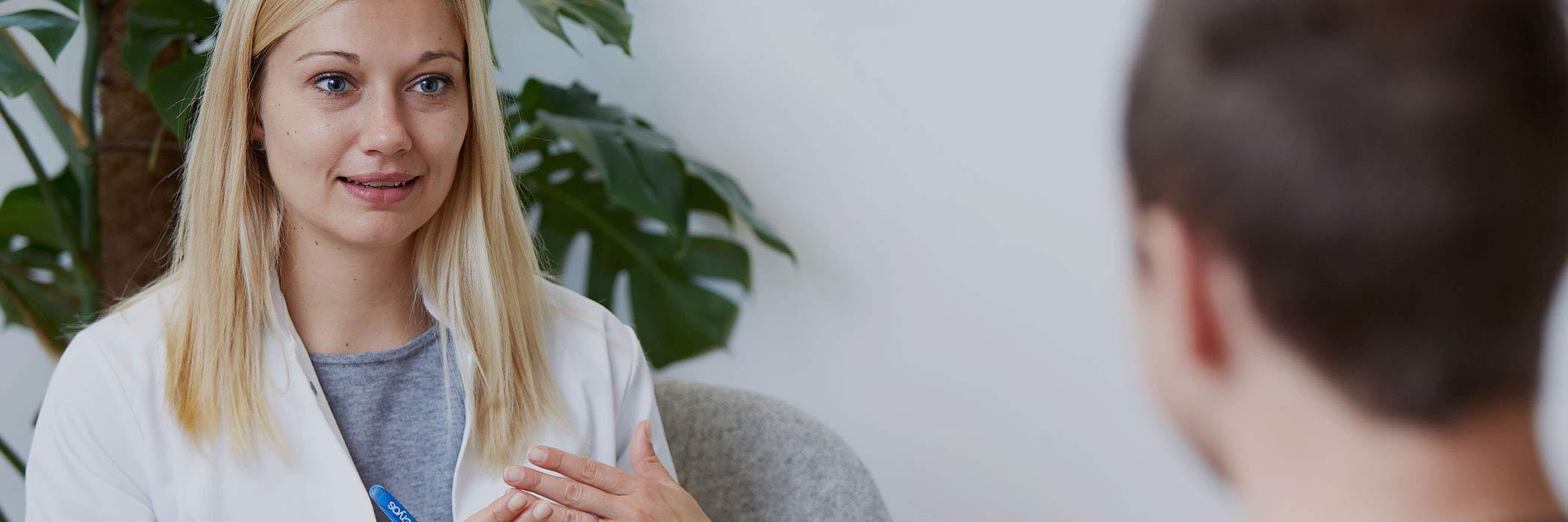 最高品質の精子ストローを保証するCryosのドナー選考方法について説明する看護師