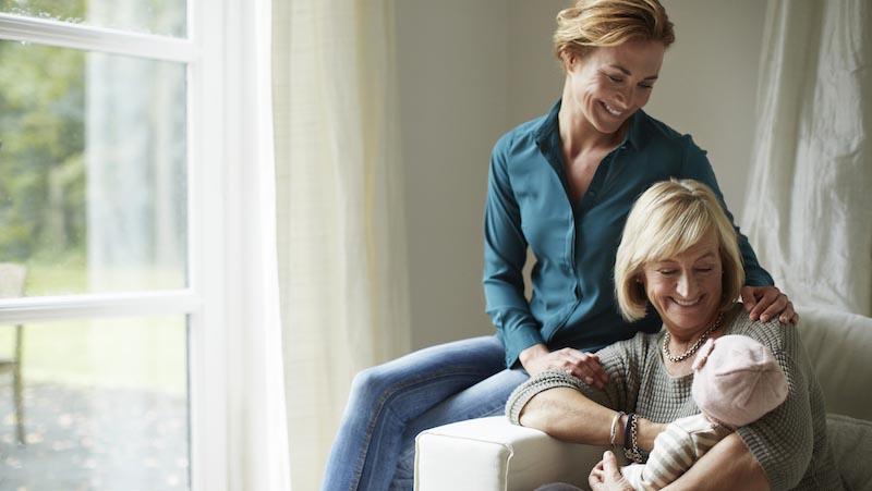 90% van alle bewust alleenstaande moeders krijgt hulp met oppassen van hun familie. Hier past een oma op haar kleinkind