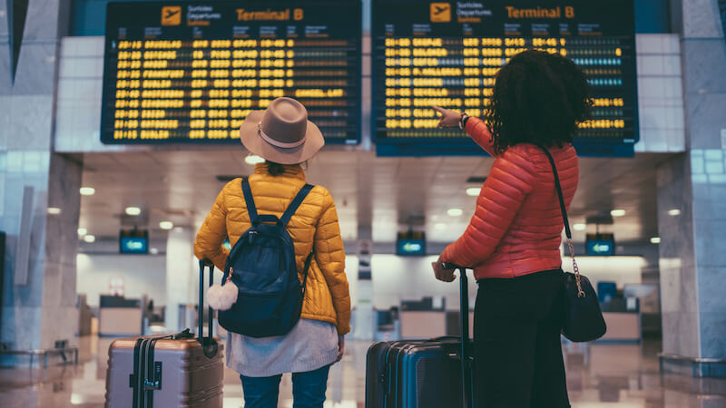Een lesbisch stel dat reist voor een vruchtbaarheidsbehandeling vanwege juridische beperkingen in hun eigen land