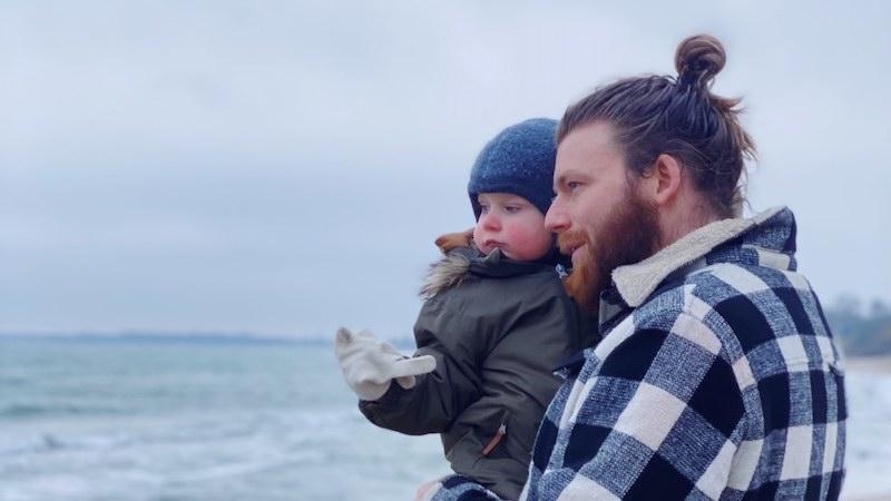Fredrik is op de wereld gekomen met de hulp van een spermadonor. Hier is hij op het strand met zijn eigen zoon Viggo Tom