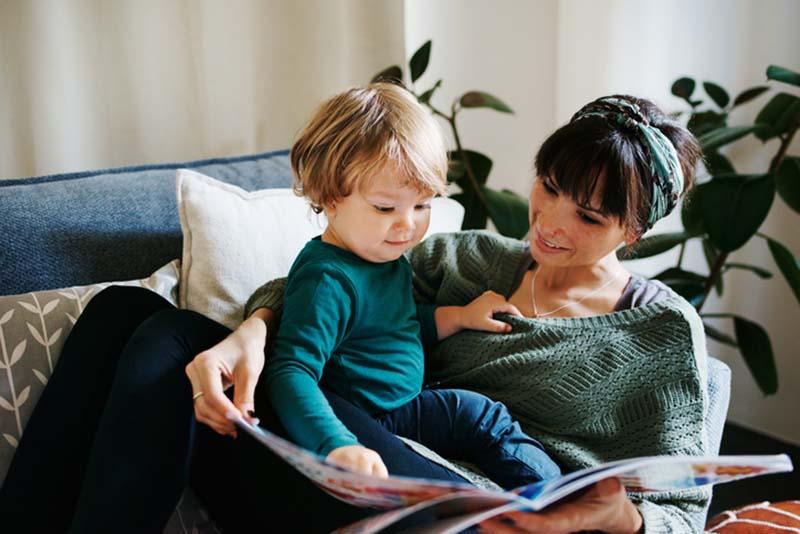 Een moeder die een boek aan haar donorkind voorleest