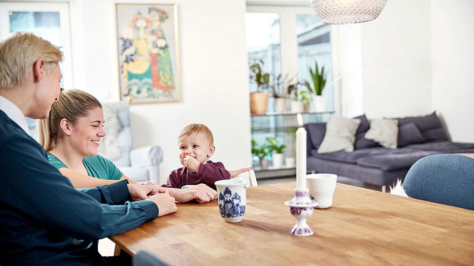 Lesbisch stel dat een spermadonor heeft gebruikt om ouders te worden