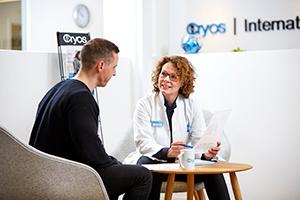 Um coordenador de doadores da Cryos a conversar com um doador – Fotografia do kit de imprensa da Cryos.