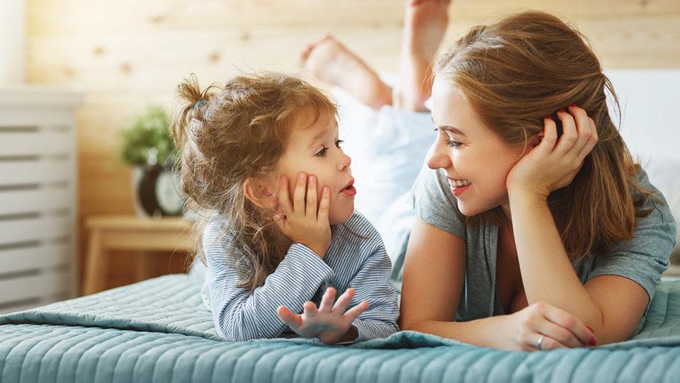 Mãe a falar com o seu filho, concebido com a ajuda de doadores de esperma, sobre doadores de esperma que ajudam mulheres em todo o mundo
