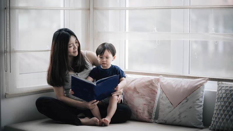 一位母亲为自己在捐献者帮助下降生的孩子读书